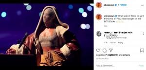 フルマスク姿で熱唱したアリシア(画像は『Alicia Keys 2020年11月8日付Instagram「What side of Alicia do ya'll think this is?」』のスクリーンショット)