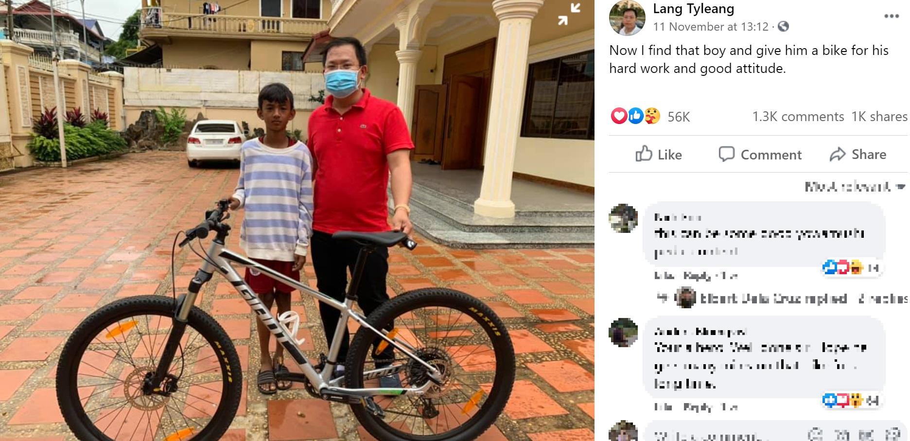 テアラ君に新品のマウンテンバイクを贈ったラングさん(画像は『Lang Tyleang 2020年11月11日付Facebook「Now I find that boy and give him a bike for his hard work and good attitude.」』のスクリーンショット)