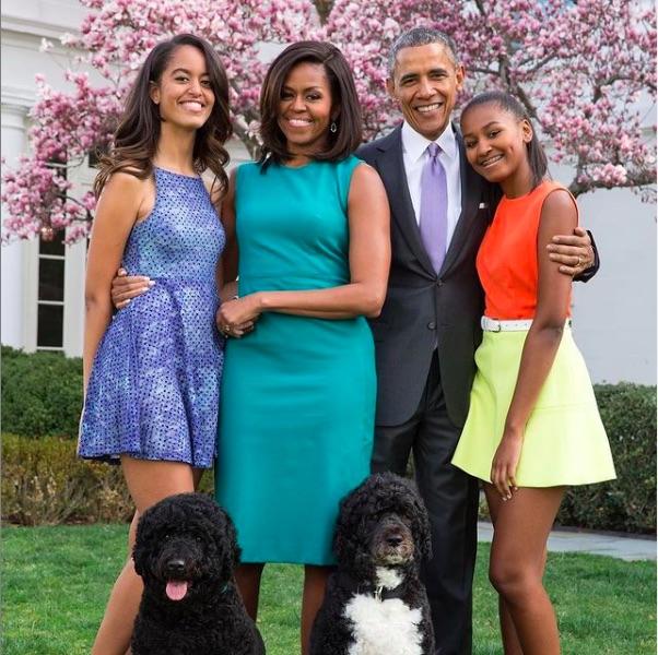 マリアさん(左)、ミシェル夫人、サーシャさん(右)(画像は『Barack Obama 2019年4月21日付Instagram「To all who celebrate today, happy Easter from our family to yours!」』のスクリーンショット)