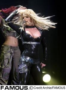ファンの願いは「ブリトニーに自由を!」写真は2004年のステージにて