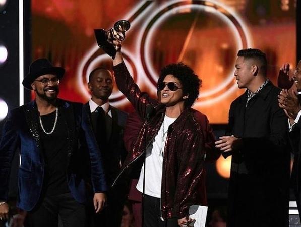 第60回グラミー賞授賞式で「最優秀アルバム賞」「最優秀レコード賞」「最優秀楽曲賞」を獲得したブルーノ(画像は『Bruno Mars 2018年1月29日付Instagram「Unreal!! I love you all!!!」』のスクリーンショット )