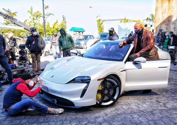 ドウェイン、身体がデカすぎてフィットせず(画像は『therock 2020年11月14日付Instagram「Aaaaand guess who's too big to fit in yet another sports car and now we have to change the entire shot sequence around」』のスクリーンショット)