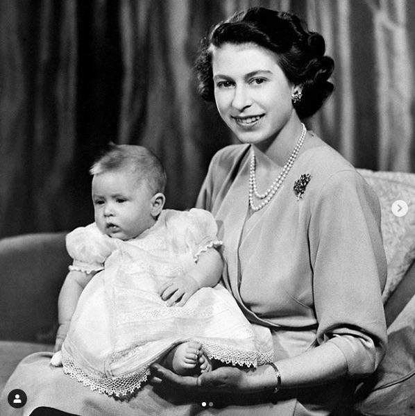 1948年当時のかわいいベビーフォトが公開に(画像は『The Royal Family 2020年11月14日付Instagram「Wishing The Prince of Wales a very happy birthday today!」』のスクリーンショット)