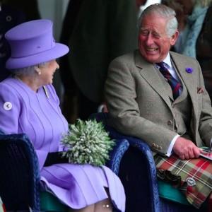 互いを見つめ笑い合うエリザベス女王とチャールズ皇太子(画像は『The Royal Family 2020年11月14日付Instagram「Wishing The Prince of Wales a very happy birthday today!」』のスクリーンショット)