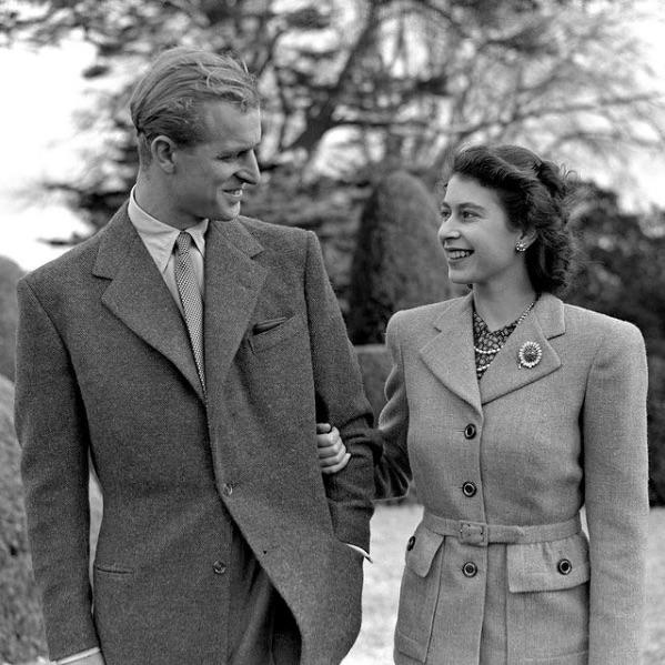 1947年、ハネムーン先でのフィリップ王配とエリザベス女王(画像は『The Royal Family 2020年11月20日付Instagram「Thank you to everyone for your kind wishes for The Queen and The Duke of Edinburgh on their 73rd Wedding Anniversary」』のスクリーンショット)
