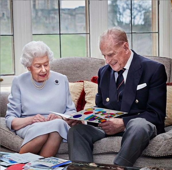 孫達からの手作りカードを見つめるエリザベス女王とフィリップ王配(画像は『The Royal Family 2020年11月19日付Instagram「This new image has been released to mark the 73rd wedding anniversary of The Queen and The Duke of Edinburgh tomorrow.」』のスクリーンショット)