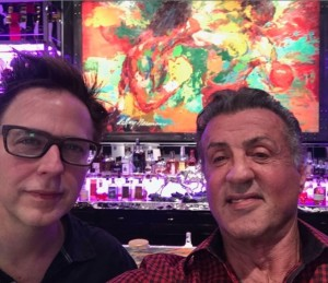 ジェームズ・ガン監督とシルヴェスター・スタローン(画像は『James Gunn 2020年11月14日付Instagram「Always love working with my friend @officialslystallone&our work today on #TheSuicideSquad was no exception.」』のスクリーンショット)