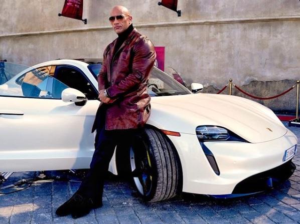 ポルシェのスポーツカーが用意されたロック様だが…(画像は『therock 2020年11月11日付Instagram「McQueen inspired」』のスクリーンショット)