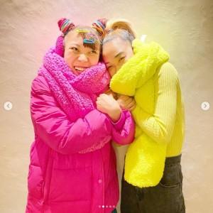 「2人の私服がイエローとピンクでビックリ」とアンミカ(画像は『アンミカ 2020年11月17日付Instagram「10月生まれの青山テルマちゃんと、11月生まれのフワちゃん」』のスクリーンショット)