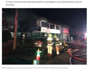 1時間以上かかったという消火作業(画像は『ABC News 2020年11月4日付「Parrot saves owner from Brisbane house fire by raising alarm before smoke detectors」(ABC News: Stuart Bryce)』のスクリーンショット)