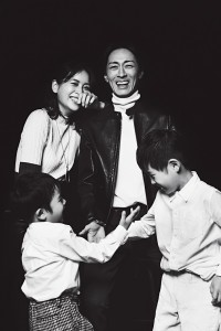 矢部浩之・青木裕子夫妻と息子2人の家族ショット