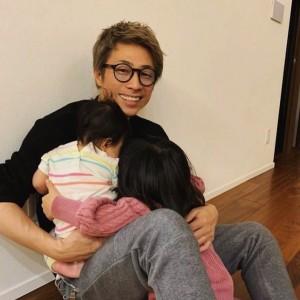 娘2人を抱いた田村淳に「パパうれしそー」の声(画像は『田村淳 2020年11月22日付Instagram「ハグの連鎖だよ」』のスクリーンショット)