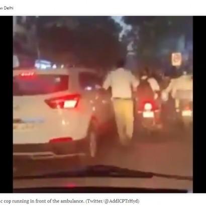 【海外発!Breaking News】救急車のため混雑する道路を自力で走り道を作った警察官 「彼はヒーローだ」(印)<動画あり>