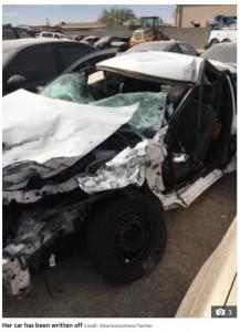 事故で廃車になってしまったカタリーナさんの愛車(画像は『The US Sun 2020年11月23日付「OH EYE GOD Woman praises her beautician for her 'poppin' lashes' after they stay in place during horror car smash」(Credit: @karinamontesx/Twitter)』のスクリーンショット)