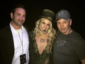 兄ブライアンさん(左)、父ジェイミーさんと並ぶブリトニー(画像は『Britney Spears 2016年2月18日付Instagram「The fam!」』のスクリーンショット)