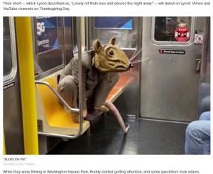 """【海外発!Breaking News】NY地下鉄に""""ネズミ男""""出没 マスク着用のルールを守ったパフォーマンスが話題に<動画あり>"""