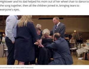 ダンスを終え子供たちに囲まれる母(画像は『WZTV 2020年10月28日付「Emotional Tennessee mother-son dance shared worldwide after mother passes away from ALS」(MNF Productions)』のスクリーンショット)