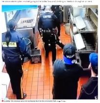 【海外発!Breaking News】「まるでアニメ」無銭飲食で天井裏に逃げた女、警察官の目の前に落下(カナダ)<動画あり>