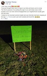 「トリック・オア・トリート」で近所の子供達からお菓子が届く(画像は『Courtney Thomas 2020年10月31日付Facebook「I can't stop crying」』のスクリーンショット)