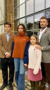 赤いポピーを胸に付けたベッカム一家(画像は『David Beckham 2020年11月8日付Instagram「Lest we forget」』のスクリーンショット)