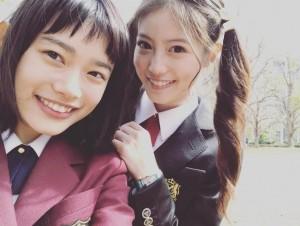 杉咲花と今田美桜(画像は『otogram 2018年4月6日付Instagram「ひょっこり愛莉さんと。」』のスクリーンショット)