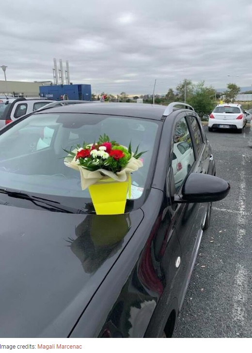 フロントガラスの上に置かれた花束(画像は『Bored Panda 2020年11月5日付「This Florist Places Hundreds Of Bouquets On Caregivers' Cars In A Hospital Parking Lot After Being Forced To Throw Away Unsold Flowers」(Image credits: Magali Marcenac)』のスクリーンショット)