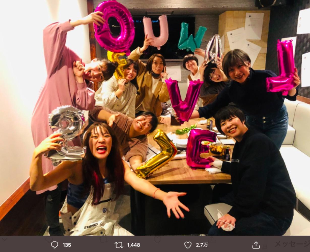 フワちゃんの誕生日会、気のおけない仲間と(画像は『フワちゃん FUWA 2020年11月27日付Twitter「誕生日会の装飾、アンチコメントですんなや!!!!!!!!!!」』のスクリーンショット)