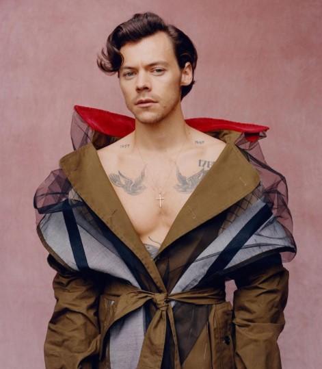 日本好きのハリー「東京に一時的に移住したい」とも(画像は『Vogue 2020年11月13日付Instagram「@HarryStyles credits his style transformation―from Jack Wills tracksuit-clad boy-band heartthrob to nonpareil fashionisto―to his meeting the droll young stylist @Harry_Lambert seven years ago.」』のスクリーンショット)