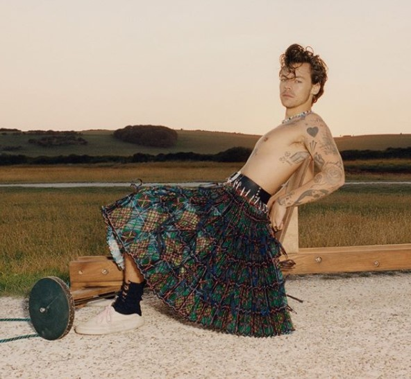 お洒落好きなハリー「洋服で遊ぶのが楽しくて仕方ない」(画像は『Vogue 2020年11月13日付Instagram「In addition to music, acting has also remained a fundamental form of expression for @HarryStyles.」』のスクリーンショット)