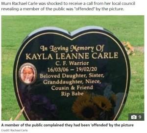 中指を立てている生前のケイラさん(画像は『The Sun 2020年11月17日付「'SHE LIKED PRANKS' Family fight to keep 'cheeky' photo of daughter, 13, showing 'up yours' sign on grave」(Credit: Rachael Carle)』のスクリーンショット)