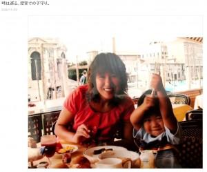 現役女子プロレスラー時代の北斗晶と長男(画像は『北斗晶 2020年11月29日付オフィシャルブログ「時は巡る、控室での子守り。」』のスクリーンショット)