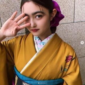 井上咲楽の着物姿(画像は『井上咲楽 2020年10月30日付Instagram「築地本願寺で着物きて撮影でした!」』のスクリーンショット)