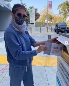 ジョー・バイデン氏とカマラ・ハリス氏に投票したジェニファー(画像は『Jennifer Aniston 2020年10月24日付Instagram「#IVOTED for @joebiden and @kamalaharris.」』のスクリーンショット)