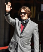 【イタすぎるセレブ達】ジョニー・デップ、ポーランドの映画祭で受賞 牢獄のような部屋でトロフィーを受け取る