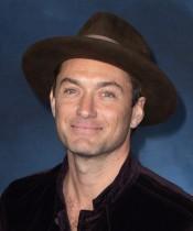 【イタすぎるセレブ達】ジュード・ロウ、共演者ジョニー・デップの『ファンタビ』降板は「異常な出来事だった」