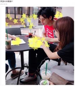 英会話を学ぶアレクサンダーと川崎希(画像は『川崎希 2019年5月28日付オフィシャルブログ「英語のお勉強」』のスクリーンショット)