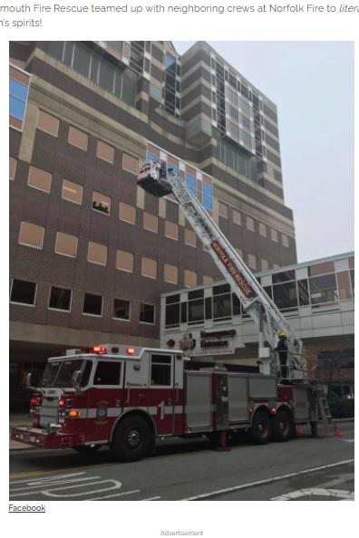 市の消防署も協力し、はしご車で5階の病室へ(画像は『InspireMore.com 2020年11月19日付「Firefighters Lift 4-Yr-Old Cancer Patient's Spirits With Special Hospital Visit.」(Facebook)』のスクリーンショット)