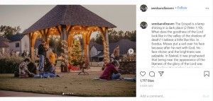 アリーちゃんの自宅裏の広場に集まる人々(画像は『Morgan Cheek 2020年11月16日付Instagram「The Gospel is a lamp shining in a dark place」』のスクリーンショット)