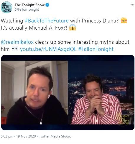 マイケルが話すエピソードにジミー・ファロン(右)も爆笑(画像は『The Tonight Show 2020年11月19日付Twitter「Watching #BackToTheFuture with Princess Diana?」』のスクリーンショット)