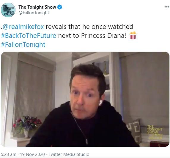 当時を面白おかしく振り返るマイケル(画像は『The Tonight Show 2020年11月19日付Twitter「Watching #BackToTheFuture with Princess Diana?」』のスクリーンショット)