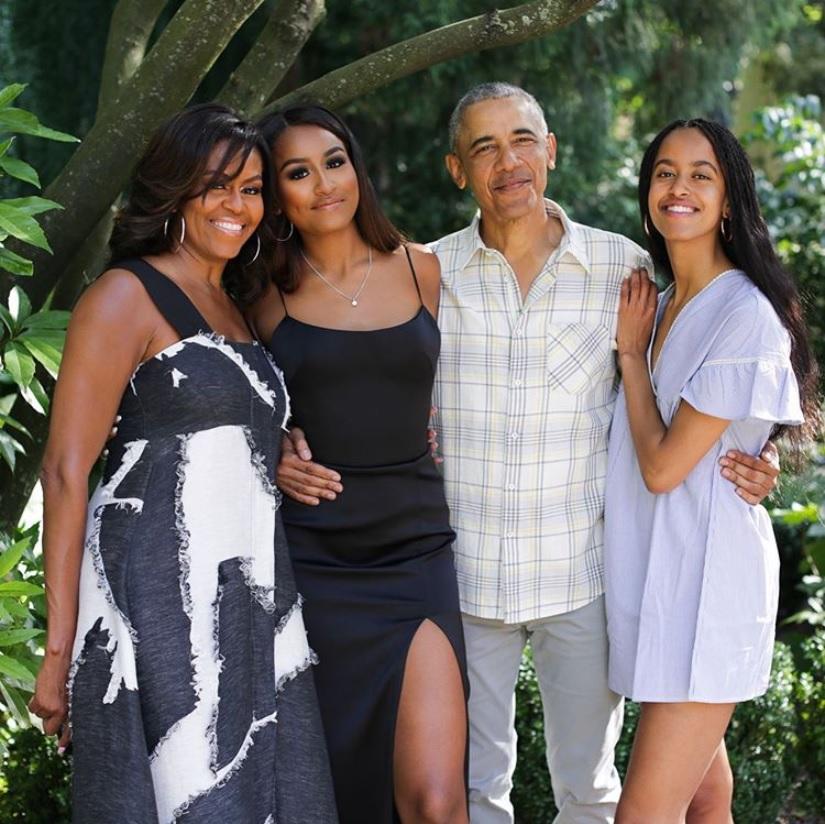 オバマ一家、隔離生活は長女マリアさん(右端)の恋人も一緒に(画像は『Michelle Obama 2019年11月27日付Instagram「From our family to yours, #HappyThanksgiving!」』のスクリーンショット)