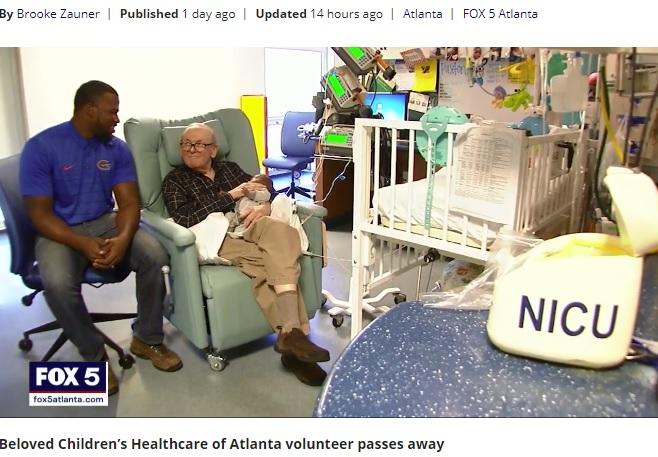時には子守唄を歌うデイヴィッドさん(画像は『FOX 5 Atlanta 2017年11月19日付「'NICU Grandpa' David Deutchman, who cuddled newborns, dies after battle with cancer」』のスクリーンショット)