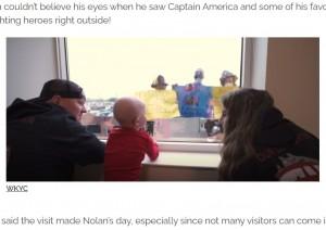 窓からのサプライズに驚くノーラン君(画像は『InspireMore.com 2020年11月19日付「Firefighters Lift 4-Yr-Old Cancer Patient's Spirits With Special Hospital Visit.」(WKYC)』のスクリーンショット)
