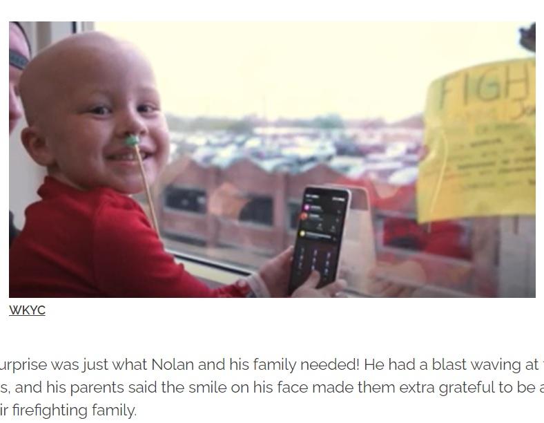 憧れの消防士や「キャプテン・アメリカ」と対面し、笑顔を見せたノーラン君(画像は『InspireMore.com 2020年11月19日付「Firefighters Lift 4-Yr-Old Cancer Patient's Spirits With Special Hospital Visit.」(WKYC)』のスクリーンショット)