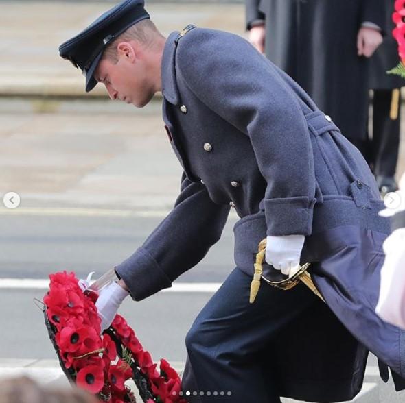 """今年の式典で戦没者慰霊碑に花輪を捧げるウィリアム王子(画像は『The Royal Family 2020年11月8日付Instagram「""""May the memory of their sacrifice and bravery remain with us always.""""」』のスクリーンショット)"""