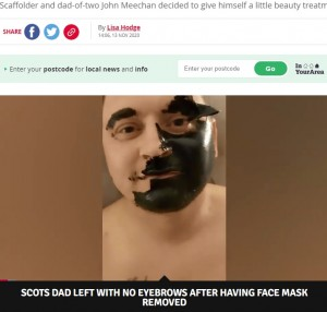 パックを剥がすのに一苦労(画像は『Daily Record 2020年11月13日付「Scots dad left without eyebrows as tiny daughter rips off facemask in side-splitting footage」(Image: John Meechan)』のスクリーンショット)