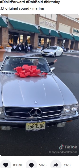 憧れだった車に初めて乗るポールさん(画像は『myfriendscallmerina 2020年10月18日付TikTok「the most selfless man in the world. nobody deserves it more!」』のスクリーンショット)