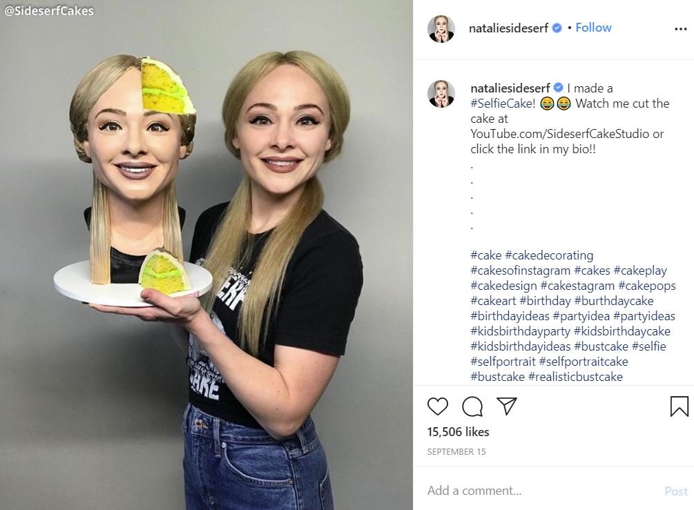 自分とそっくりのケーキを持つケーキ・アーティストの女性(画像は『Natalie Sideserf 2020年9月15日付Instagram「I made a #SelfieCake!」』のスクリーンショット)