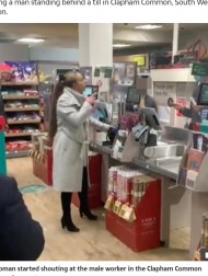 【海外発!Breaking News】スーパーでカードが使えず逆切れの女性 店員に唾を吐き「役立たず」と暴言連呼(英)<動画あり>
