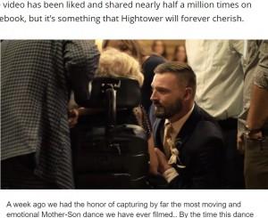 母に語りかける新郎のスクーターさん(画像は『WZTV 2020年10月28日付「Emotional Tennessee mother-son dance shared worldwide after mother passes away from ALS」(MNF Productions)』のスクリーンショット)